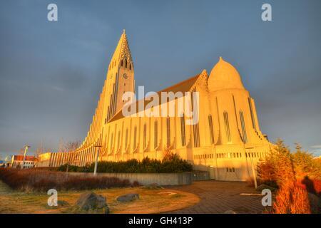 Hallgrímskirkja Kirche in Sonnenlicht getaucht bei Sonnenuntergang - Reykjavik, Island - Stockfoto