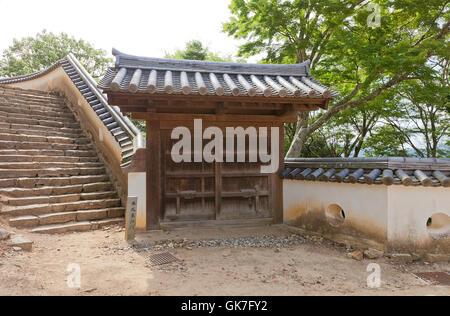 Osttor der wichtigsten Bailey (Honmaru) von Bitchu Matsuyama Schloss (17. Jh.), Takahashi, Japan - Stockfoto