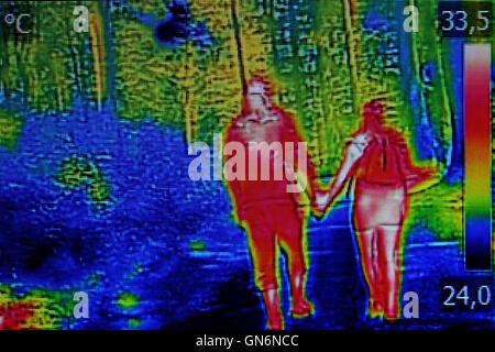 Junges Paar Infrarot-Wärmebild, beim Spaziergang durch den Wald - Stockfoto