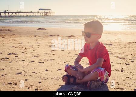 Junge sitzt am Strand, South Australia - Stockfoto