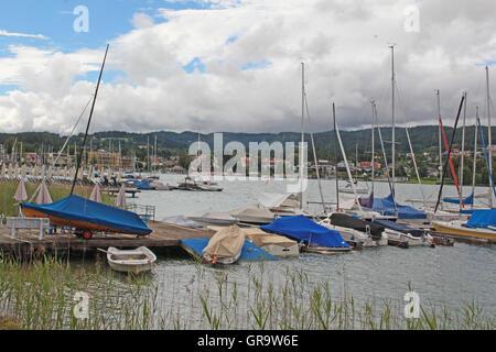 Boote In der Bucht von Velden Am Wörthersee In Kärnten - Stockfoto
