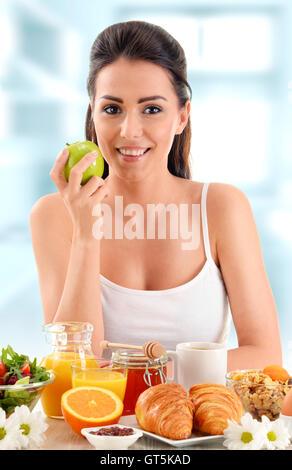 Junge Frau beim Frühstück. Ausgewogene Ernährung. - Stockfoto