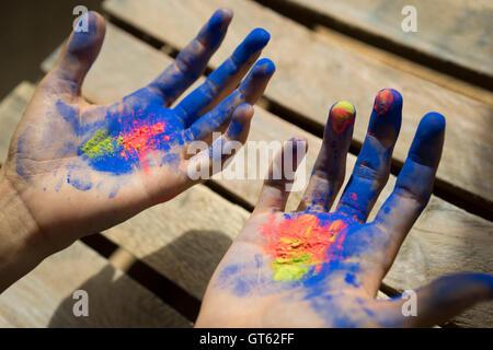 weibliche Hände Farbpulver - Stockfoto