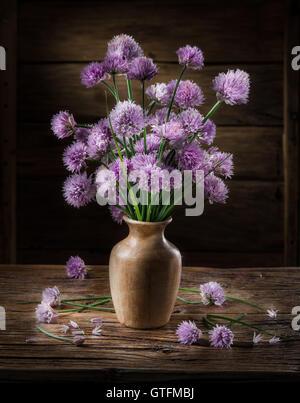 Blumenstrauß in der Vase auf dem Holztisch Zwiebel (Schnittlauch). - Stockfoto