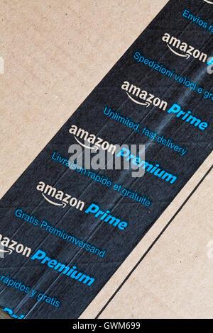 Amazon Prime Amazon Premium unbegrenzte schnelle lieferung Band auf Paket von Amazon - Amazon Prime logo Amazon - Stockfoto
