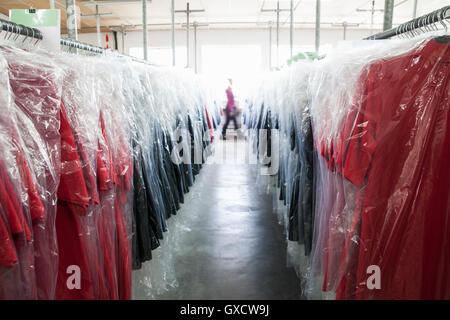 Abnehmende Perspektive von Kleidungsstücken auf Kleiderstange im Bekleidungswerk - Stockfoto