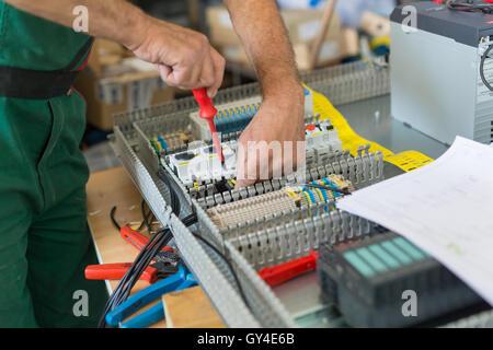 Montage von industriellen Schaltschrank Elektriker. - Stockfoto