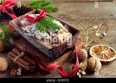 Traditionelle Früchtebrot für Weihnachten Dekoration mit Ornamenten - hausgemachte Weihnachten Gebäck - Stockfoto