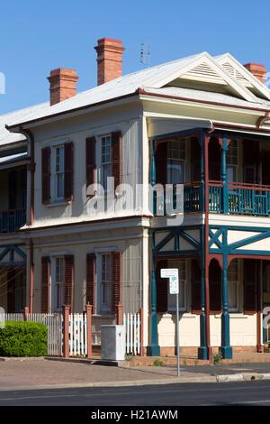 Architekturdetail des bunten Veranda und Fensterläden Dubbo New South Wales Australien - Stockfoto