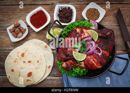 Indische tandoori Bein Hähnchen mit Gewürzen und Gemüse - Stockfoto