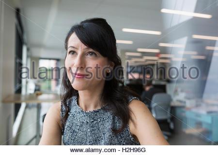 Porträt nachdenklich Geschäftsfrau wegschauen im Büro - Stockfoto