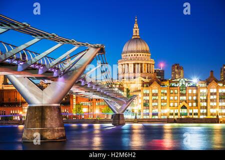 Die Millennium Bridge und St. Pauls Kathedrale in London in der Dämmerung. - Stockfoto