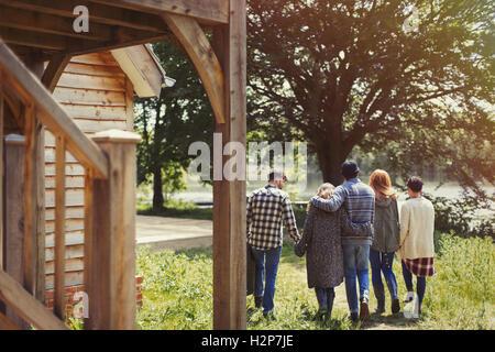 Freunde gehen im freien Hütte am See - Stockfoto