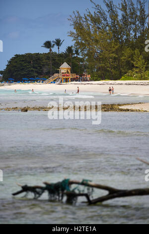 Barbados Hastings Bay Hütte Rettungsschwimmer goldenen Sandstrand Palmen Bäume Küstenmeeres Landschaft ziemlich - Stockfoto