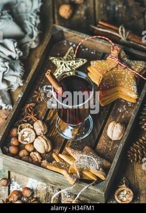 Glas Glühwein Wein, Lebkuchen, Gewürze in Holztablett - Stockfoto