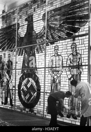Glasfenster mit NS-Symbolik für die Weltausstellung Paris in Berlin, 1937 - Stockfoto