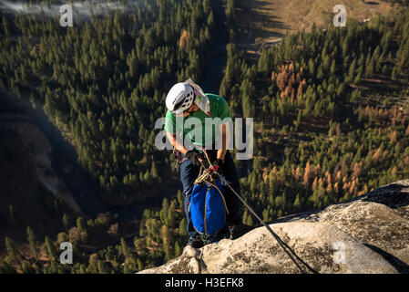 Zwei Männer frei klettern eine große Mauer-Route am El Capitan im Yosemite nationalen Prk in der Sierra Nevada Mountains, - Stockfoto