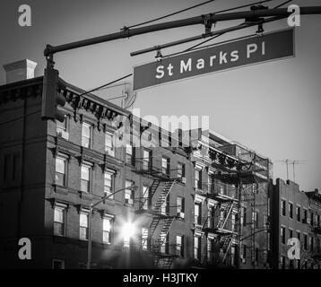St. Marks Platz Straßenschild in Manhattan, New York City in schwarz / weiß - Stockfoto