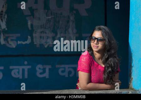 Mädchen wartet auf jemanden, Mulshi, Pune, Maharashtra, Indien - Stockfoto