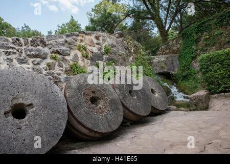 Historische Mühlsteine (Läufer Steinen) auf das ethnographische Museum in der Krka Nationalpark ausgestellt. Sibenik, - Stockfoto