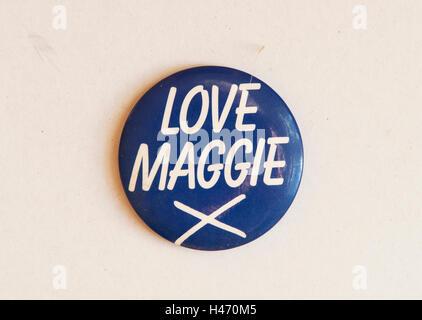 """Margaret Thatcher allgemeinen Wahl. 1983"""" Liebe Maggie X 'pin Anstecker 1980 s HOMER SYKES - Stockfoto"""