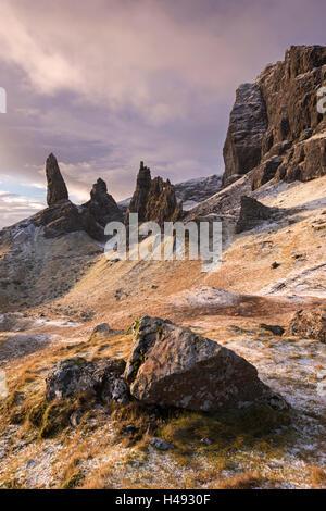 Old Man of Storr an einem Wintermorgen, Isle Of Skye, Schottland. Winter (Dezember) 2013. - Stockfoto
