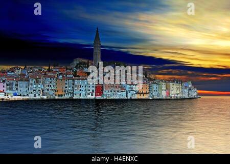 Sonnenuntergang in Rovinj, schöne Altstadt in Istrien Kroatien, Europa. Dies ist HDR-Bild. - Stockfoto