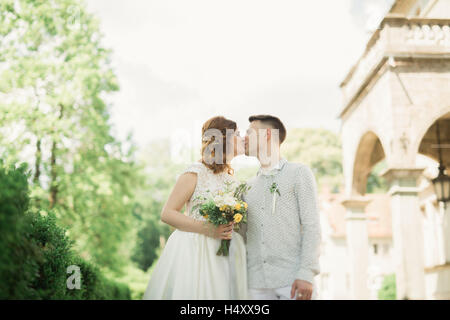 Frisch verheiratetes Paar laufen und springen im Park beim Händchenhalten - Stockfoto