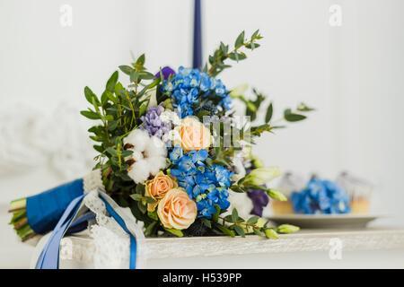 Hochzeit Dekorationen mit Braut Strauß, Kerze und cupcakes - Stockfoto