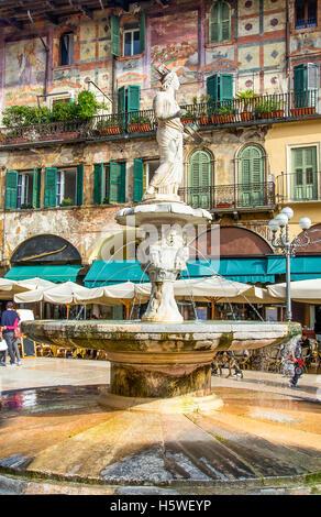 die Madonna Verona-Brunnen in der Piazza Delle Erbe Square im Stadtzentrum von Verona, Venetien, Italien - Stockfoto