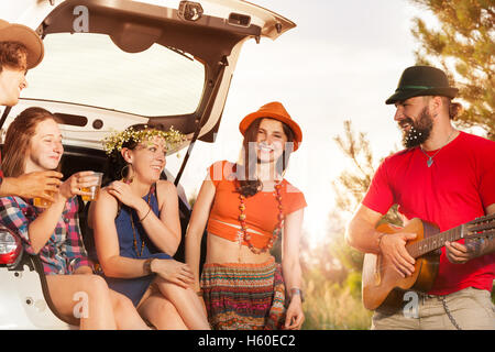 Glückliche Freunde die Erholung während der Autofahrt - Stockfoto