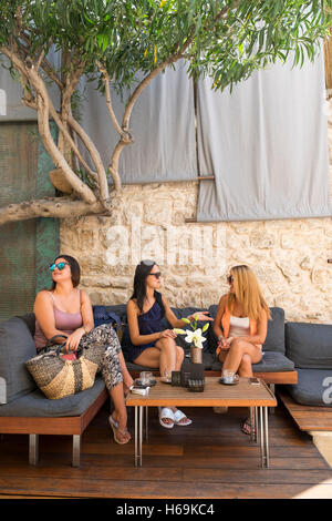 Drei kroatische Frauen mit Kaffee in einem Café aus der St.-Stephans Platz in der Stadt Hvar auf der Insel Hvar - Stockfoto
