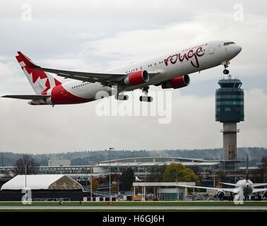 Air Canada Rouge Boeing 767 (767-300ER) C-FMWY Flugzeug nehmen Sie ausziehen in der Luft Vancouver International - Stockfoto