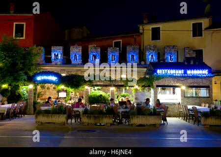 Restaurant, Altstadt, Nachtaufnahme, Novigrad, Istrien, Kroatien, Europa - Stockfoto