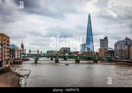 Ein Blick auf die Themse in London, mit der Millenium Bridge, The Shard, Tower Bridge und eine teilweise frontagee - Stockfoto