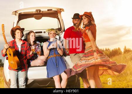 Junge Leute, die Spaß nach einer Autoreise - Stockfoto