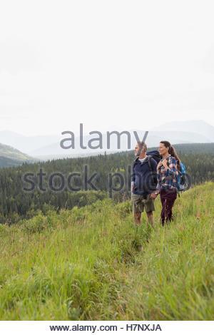 Älteres paar Wandern in abgelegenen ländlichen Bereich - Stockfoto