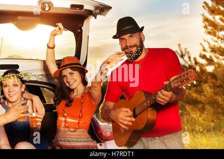 Junge Leute, die Spaß während einer Autofahrt - Stockfoto