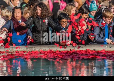 London, UK. 11. November 2016. Kränze und Mohn sind von Schülern und Familienmitglieder als Zeichen des Gedenkens - Stockfoto