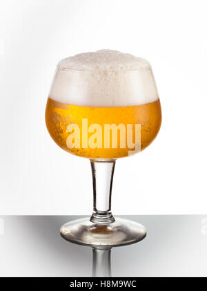 Ein Eis kalt Schwenker Glas erfrischenden Bier - Stockfoto