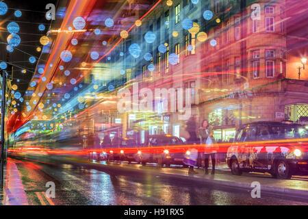 Helle Farben auf der Oxford Street als die Weihnachtszeit beginnen. - Stockfoto