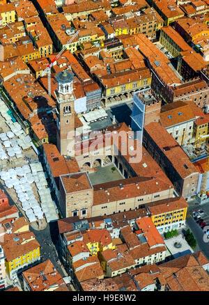 Luftbild, Piazza Delle Erbe, dem Marktplatz, Domus Mercatorum, Torre dei Lamberti, Zentrum von Verona, Nord-Italien, - Stockfoto