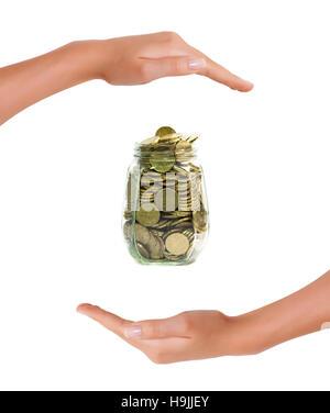 Euro-Münzen in einem Glas zwischen den Händen auf weißem Hintergrund, Konzept der Investitionsschutz und Geld sparen - Stockfoto