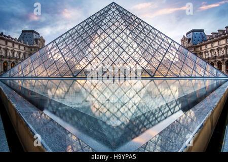 Der Glas Pyramide Eingang zum Louvre, entworfen vom Architekten I.M.Pei. Abend im Sommer gedreht. - Stockfoto