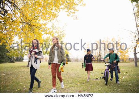 Zwischen Mädchen und jungen gehen und sprechen im Herbst park - Stockfoto