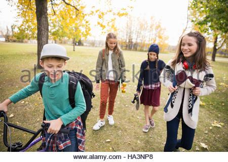 Schen jungen und Mädchen gehen im Herbst park - Stockfoto