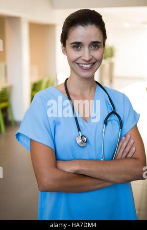 Porträt des weiblichen Chirurgen im Krankenhaus - Stockfoto