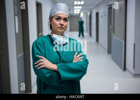 Porträt des weiblichen Chirurgen stehen im Flur - Stockfoto