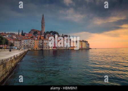 Rovinj. Schöne romantische Altstadt von Rovinj bei Sonnenuntergang, Halbinsel Istrien, Kroatien, Europa. - Stockfoto