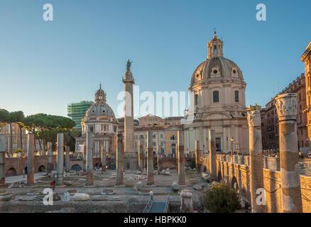 Trajan Forum und Kirche von Santa Maria di Loreto im Hintergrund, Rom, Italien - Stockfoto